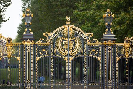 portones: LONDRES, Reino Unido - 4 octubre 2016: Entrada principal al parque verde con la gente que pasa la puerta
