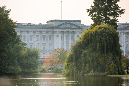 queen elizabeth ii: LONDON, UK - OCTOBER 4, 2016: Buckingham palace is the residence of queen Elizabeth II the monarch of the United Kingdom. Square with lots of tourist and city visitors