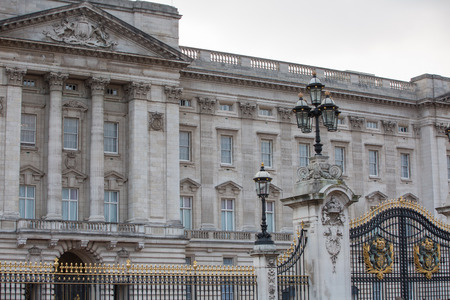 buckingham palace: LONDON, UK - OCTOBER 4, 2016: Buckingham palace is the residence of queen Elizabeth II the monarch of the United Kingdom. Square with lots of tourist and city visitors
