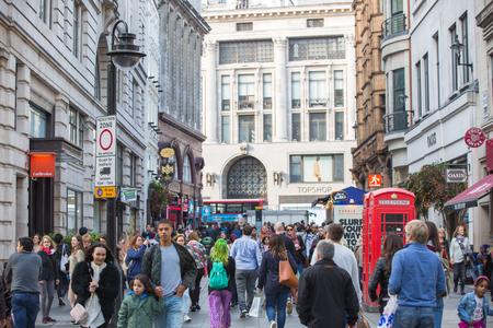 multitud gente: LONDRES, Reino Unido - 4 octubre 2016: Multitud de personas que cruzan la carretera en la calle Regent. Los turistas, compradores y gente de negocios fiebre de la hora