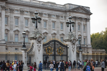 elizabeth: LONDON, UK - OCTOBER 4, 2016: Buckingham palace is the residence of queen Elizabeth II the monarch of the United Kingdom. Square with lots of tourist and city visitors