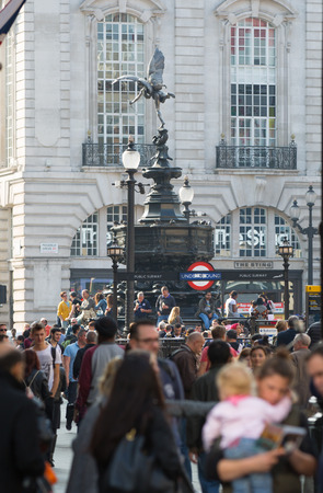 personas en la calle: LONDRES, Reino Unido - 4 octubre 2016: vista de la calle Regent, con transporte y poca gente Editorial