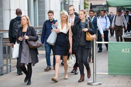 personas en la calle: LONDRES, Reino Unido - septiembre 14 de, 2015: Los trabajadores de oficina va en el trabajo. Las primeras horas de la mañana en Canary Wharf vida empresarial
