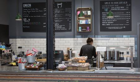 LONDRES, Reino Unido - 19 de septiembre, 2015: Interior de la tienda de café
