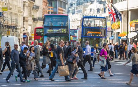 LONDON, UK - SEPTEMBER 10, 2015: City of London, people crossing the road 新聞圖片