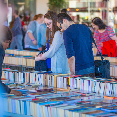 LONDRES, Reino Unido - 10 de septiembre, 2015: La gente en busca de gangas en el mercado de libro libro del Southbank Centre