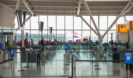 Londres, Royaume-Uni - 7 avril 2016: Intérieur de la salle de départ Heathrow Terminal 5 avec beaucoup de gens en attente d'appel