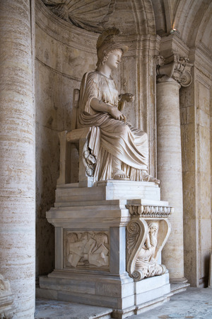 escultura romana: ROME, ITALY - APRIL 8, 2016: Roman marble sculpture from Capitoline Museums, Rome