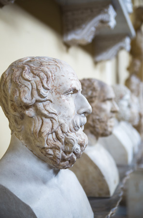 escultura romana: ROMA, Italia - abril 8, 2016: El viejo romano. Escultura de m�rmol de los museos del Vaticano Editorial