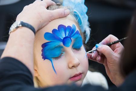 pintura en la cara: pintura de la cara de navidad, Retrato de la niña durante la sesión de pintura de la cara