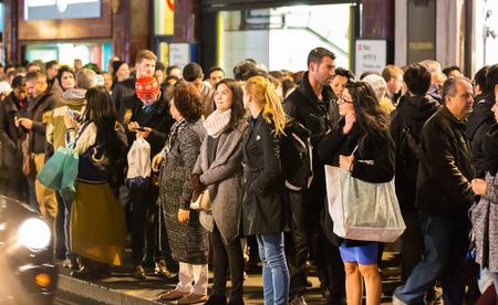 mucha gente: LONDRES, Reino Unido - DICIEMBRE 30 de, 2015: multitud de personas en la calle Oxford durante la venta de la Navidad. La gente que camina de tienda en tienda.