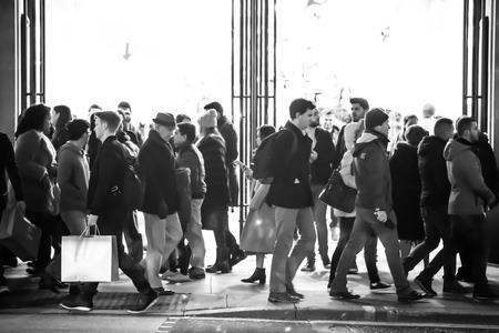 multitud gente: LONDRES, Reino Unido - DICIEMBRE 30 de, 2015: multitud de personas en la calle Oxford durante la venta de la Navidad. La gente que camina de tienda en tienda.