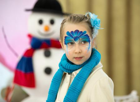 pintura en la cara: Retrato de la niña con pintura de la cara de la Navidad