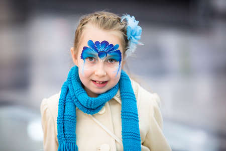 pintura en la cara: Portrait of little girl with Christmas face painting
