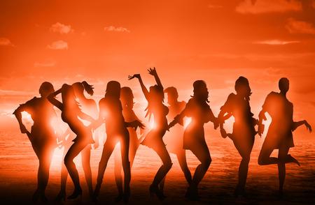 ragazze che ballano: Dancing girls silhouettes against of sunset at the beach Archivio Fotografico