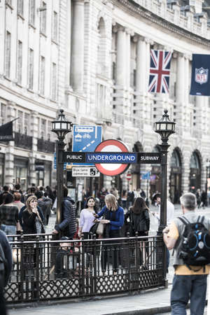 personas en la calle: LONDON, UK - OCTOBER 4, 2015: Piccadilly circus underground station entrance with lots people walking by