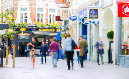 hombres trabajando: LONDON, UK - MAY 17, 2016: Business people walk through the City of London street. Blurred image. City of London business life concept
