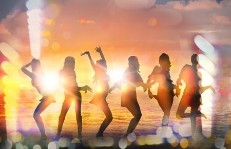 ragazze che ballano: Ragazze di Dancing sagome contro del tramonto sulla spiaggia