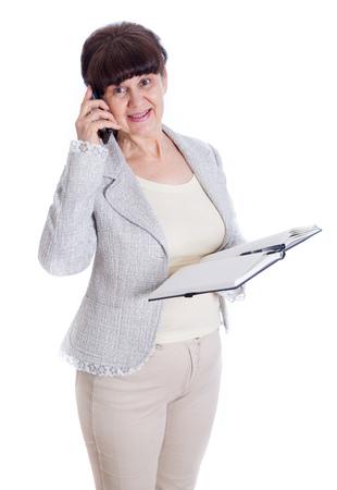 mujer sola: mujer de mediana presenta como un empleado de oficina, administrador o secretario. Retrato contra de fondo blanco