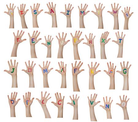 Alfabeto (lettere) dipinte su bambini mani. Alza le mani.