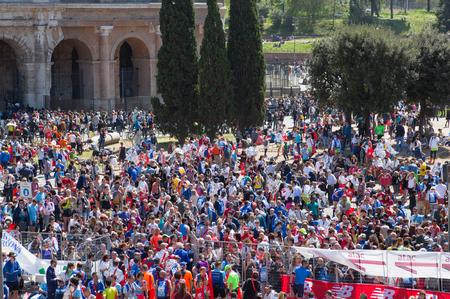 意大利,罗马——2016年4月8日:罗马人马拉松赛上的人群。竞技场前的广场