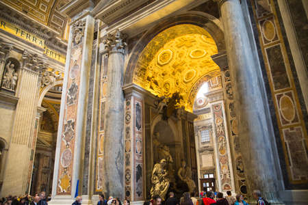templo romano: ROME, ITALY - APRIL 8, 2016: Interior of the Papal Basilica of St. Peter in the Vatican