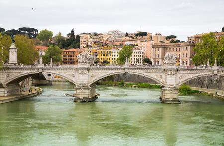 ROMA, ITALIA - 8 aprile 2016: la Basilica di San Pietro in Vaticano, vista sul fiume Tevere e il ponte Roma'n Editoriali