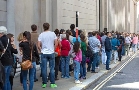 LONDYŃSKI UK - WRZESIEŃ 19, 2015: Kolejka na bank ulicie. Ludzie czekają, aby zobaczyć Bank of England w dniu otwartym Publikacyjne