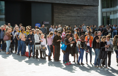 LONDON, UK - SEPTEMBER 20, 2015: People queuing to see the London Hall Imagens - 63032567