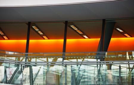 bajando escaleras: LONDRES, Reino Unido - 19 de septiembre, 2016: escaleras de caracol famosos de London City Hall. Estructura arquitectónica moderna