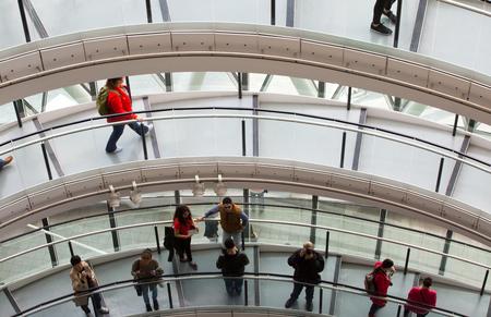 bajando escaleras: LONDRES, Reino Unido - 19 de septiembre, 2016: escaleras de caracol famosos de Londres Ayuntamiento con la gente que camina. Estructura arquitectónica moderna Editorial