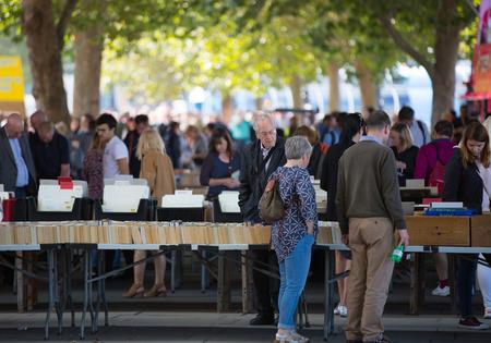 Londen, Verenigd Koninkrijk - 20 september 2015: De mensen op zoek naar boek koopje in Boekenmarkt De Southbank Centre's Redactioneel