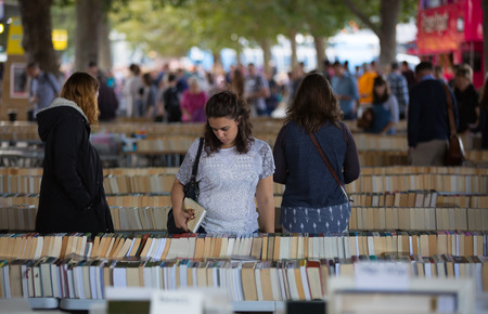 LONDON, UK - SEPTEMBER 20, 2015: People looking for book bargain in The Southbank Centre's Book Market Zdjęcie Seryjne - 63032905