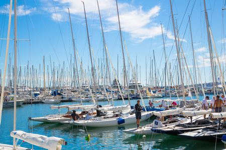 voilier ancien: CANNES, FRANCE - 19 septembre 2016: Vieux Port (vieux port) dans la ville de Cannes, avec beaucoup de bateaux à voile et yachts à moteur ancrés lors de la régate de voile Éditoriale