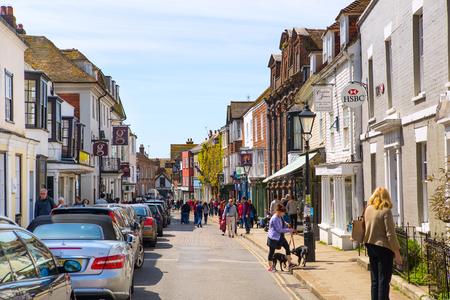 Rye, Wielka Brytania - 01 maja 2016: High street miasta Old Rye okresowe budynków, wiele osób i samochodów zaparkowanych na bok.