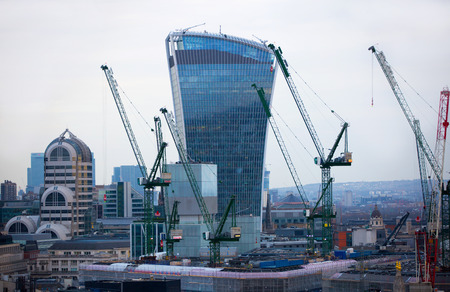 LONDRES, Reino Unido - 19 de diciembre, 2016: Londres al atardecer, la construcción de walkie-talkie y un montón de grúas de construcción que muestran el lado más concurrida de la capital moderna
