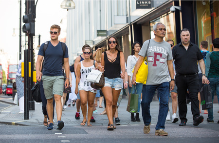 personas en la calle: LONDON, UK -  August 24, 2016: Lots of people walking in Oxford street, one of the main shopping destination of London Editorial