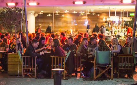 外のパティオを明るいレストランでロンドン、イギリス - 2015 年 12 月 19 日: 人々