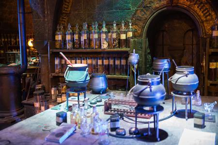 Leavesden, London, Großbritannien - 1. März 2016: Anzeige des Klassenzimmers Professor Snape. Dekorationen für den Harry Potter Film im Warner Brothers Studio Editorial