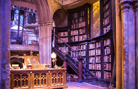 Leavesden, London, UK - 1. März 2016: Innenraum Dumbledore Büro und Kostüm Professor. Dekoration Warner Brothers Studio für Harry-Potter-Film