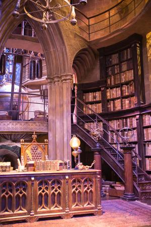 Leavesden, Londres, Royaume-Uni - 1 Mars 2016: Intérieur d'un bureau de Dumbledore et le costume de professeur. Décoration Warner Brothers Studio pour le film Harry Potter Éditoriale