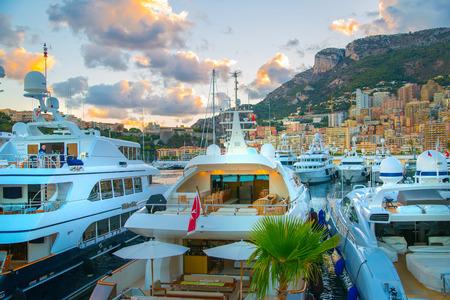 モナコ公国のモナコ、モンテカルロ - 2016 年 9 月 16 日: 夕日。港、豪華なヨットや帆船ボート モンテカルロ市観