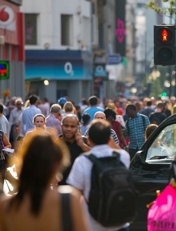 personas en la calle: Londres, Reino Unido - 24 de agosto de 2016: Mucha gente caminando en Oxford Street, el principal destino de los londinenses para ir de compras. Concepto de la vida moderna Editorial