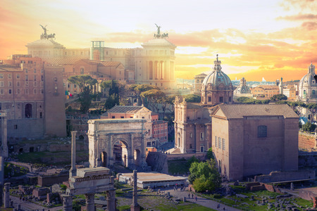 Las ruinas del foro romano al atardecer, los edificios antiguos del gobierno comenzaron el siglo VII antes de Cristo. Roma