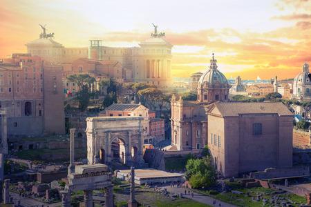 Les ruines du forum de Roman au coucher du soleil, les anciens bâtiments gouvernementaux ont commencé le 7ème siècle avant JC. Rome