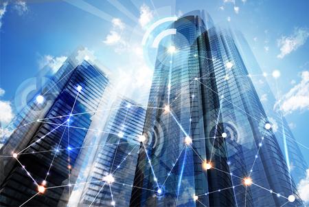 Moderne Wolkenkratzer von Madrid und von Geschäftsnetzverbindungskonzept. Technologie-, Transformations- und Innovationsidee.