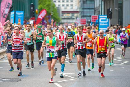 伦敦,英国——2017年4月23日:很多人在参加伦敦马拉松。人们在金丝雀码头为运动员欢呼