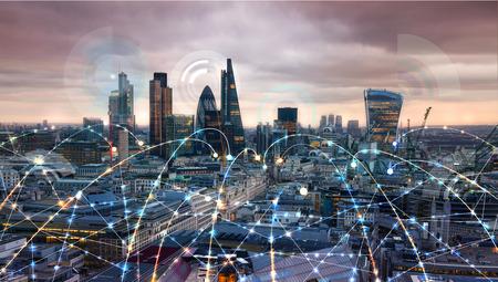 Fragmento de vidrio. La ciudad de Londres al atardecer. Ilustración con los iconos de comunicación y negocios, concepto de conexiones de red. Foto de archivo