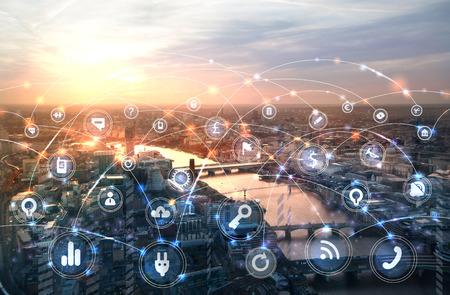 日没時のロンドンとテムズ川。通信アイコンとビジネスアイコン、ネットワーク接続の概念を持つイラスト。
