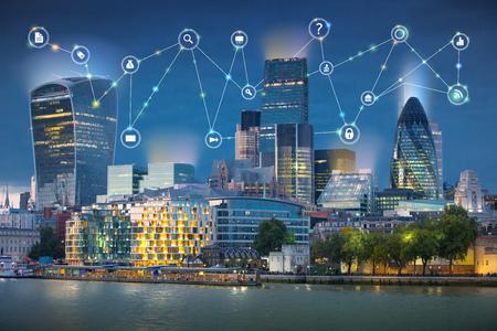Stad van Londen en de rivier de Theems bij zonsondergang. Illustratie met communicatie en bedrijfspictogrammen, het concept van netwerkverbindingen.
